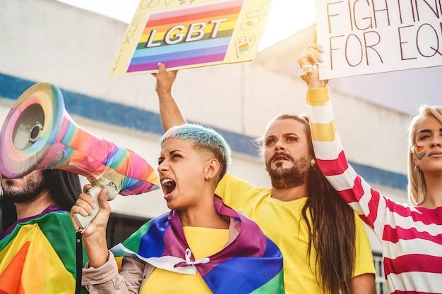 Протест геев и трансгендеров на прайде на открытом воздухе