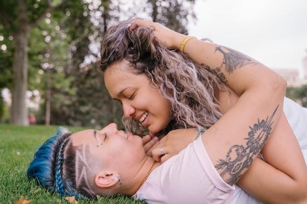 Гей влюбленная пара. молодые женщины, имеющие лесбийские отношения.