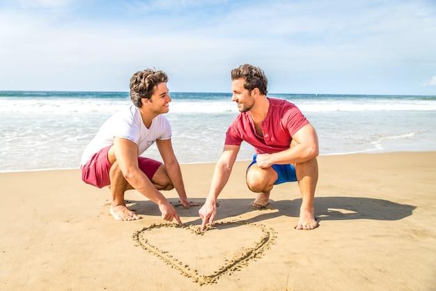 ビーチでの同性愛者のカップル