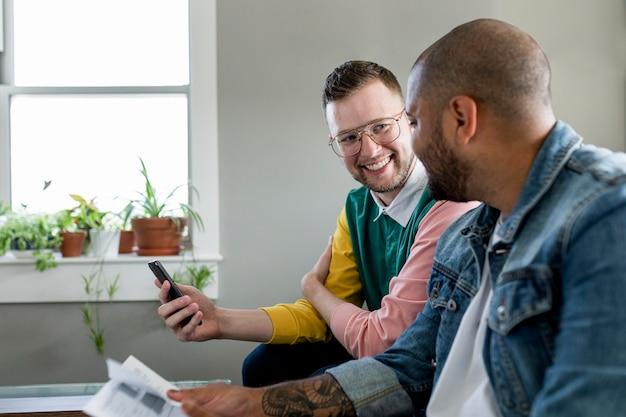 請求書を支払う同性愛者のカップル、hdストックイメージ