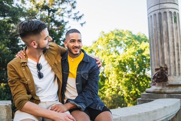 同性愛者のカップルが公園で一緒に時間を過ごします。