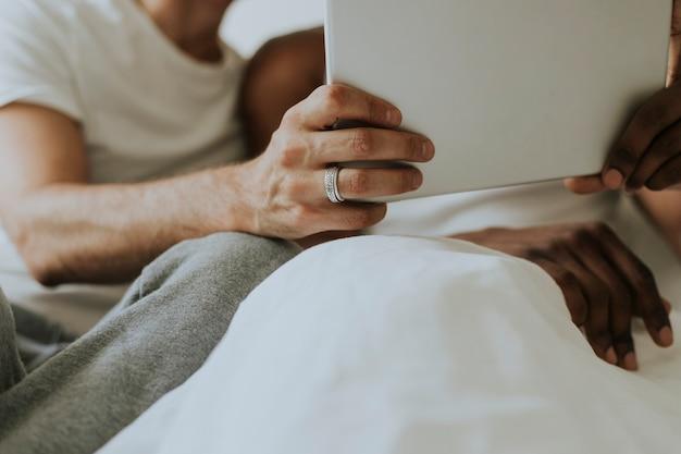 Гей-пара с помощью планшета в постели