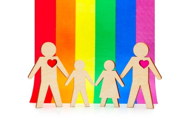 아이들이 있는 게이 가족 lgbt의 무지개 깃발을 배경으로 아들과 딸을 둔 두 아빠