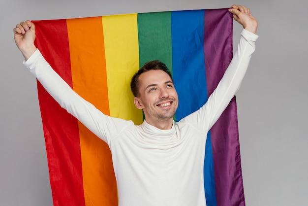 Lgbtのシンボルを持つゲイの男