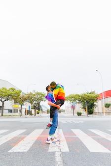 거리에서 포옹과 키스 게이
