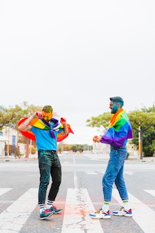 Holi 축제에서 색을 가지고 노는 게이들