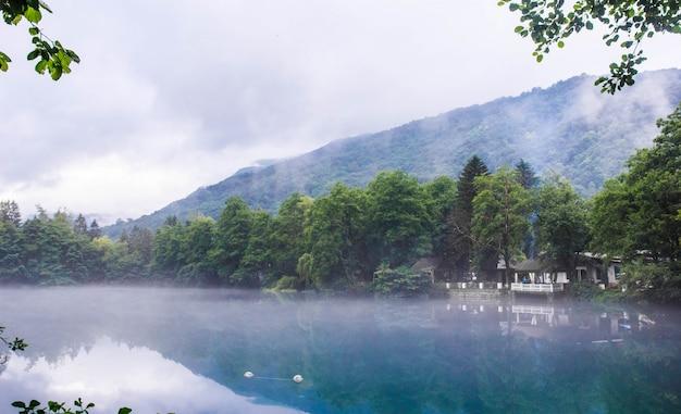 曇りの霧の天気、ロシアのカバルディノバルカル共和国で青いカルスト湖セリックケルの海岸でリラックスするためのガゼボ