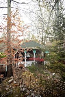 Беседка в лесу. дом отдыха среди деревьев