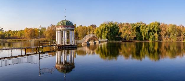 秋の湖の真ん中にある望楼