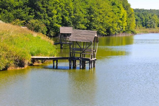 호수에 목조 부두에 전망대