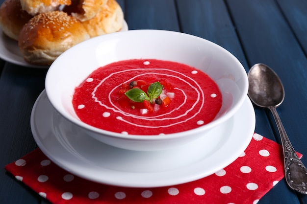 컬러 나무 테이블에 가스 파초 수프