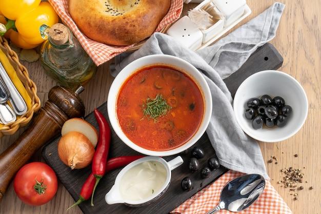 ガスパチョ-オリーブ、サワークリーム、ディル入りベジタリアントマトスープ