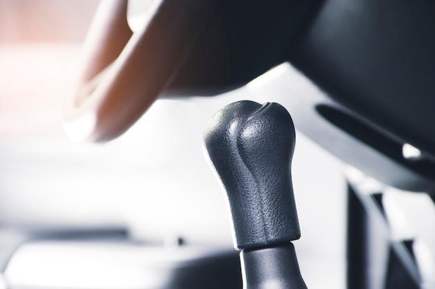 Рычаг переключения передач изолирован в автомобиле с солнечным светом