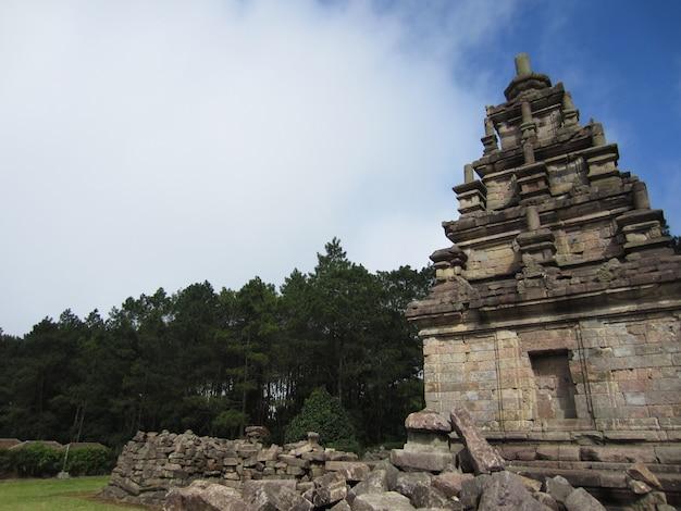 Гедонг сонго - это группа индуистских храмов, расположенных в семаранге, центральная ява, индонезия, в окружении холмов, лесов и овощных плантаций.