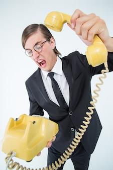 おしゃれなビジネスマンが電話を叫んで電話を切る
