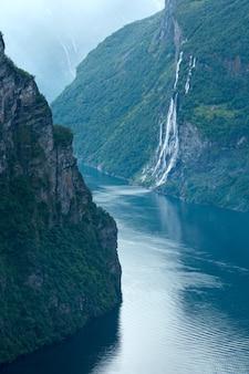 ガイレンジャーフィヨルドと滝七人姉妹が上から眺める