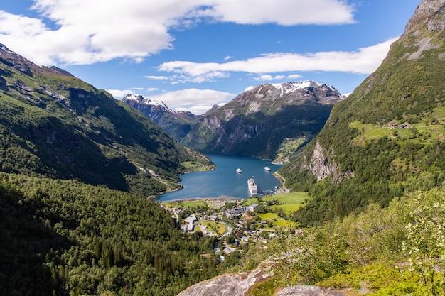 ノルウェーの山とフィヨルドのガイランゲルフィヨルドの美しい風景