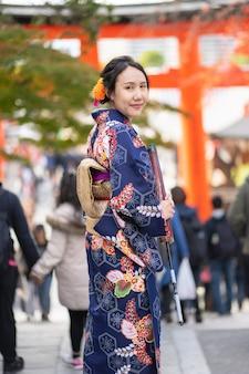 Гейша в японском кимоно на улицах киото