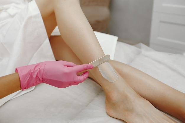 Gel per laser sulla pelle di una donna