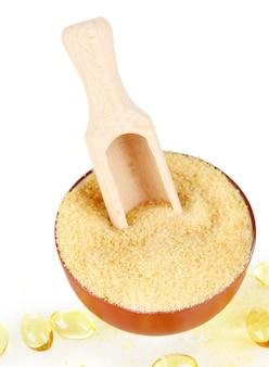Желатин в миске и деревянной ложкой крупным планом