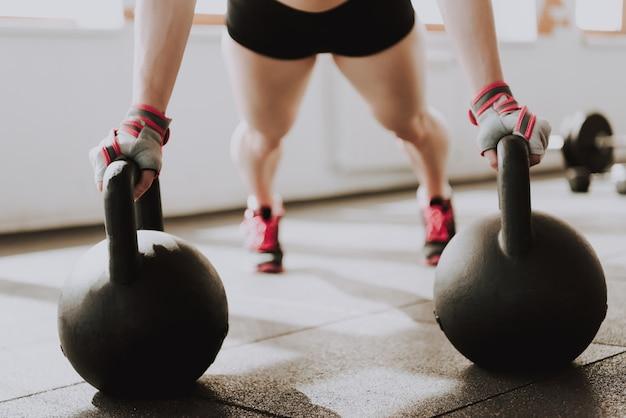 Красивая спортивная девушка носит спортивную форму в gem.