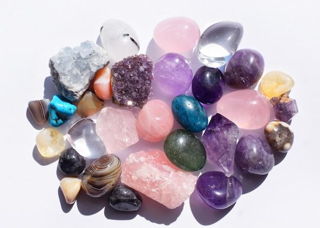 さまざまな色の宝石。ジオードアメジスト、ローズクォーツ、瑪瑙、アパタイト、アベンチュリン、オリビン、ターコイズ、アクアマリン、白い背景のロッククリスタル