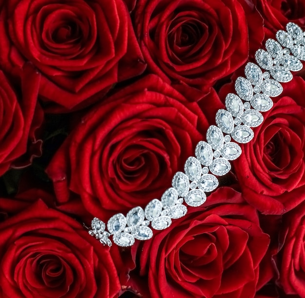 Ювелирные изделия из драгоценных камней, свадебная мода и роскошная концепция покупок, роскошный браслет с бриллиантами и букет красных роз, ювелирные изделия, подарок на день святого валентина и романтические праздники.
