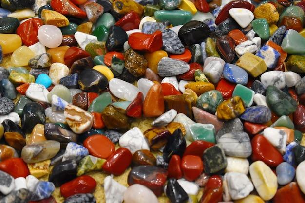 Драгоценные камни и разноцветные природные минералы
