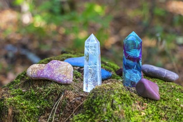 蛍石、水晶、さまざまな石の宝石。神秘的な儀式、魔術のための魔法の岩