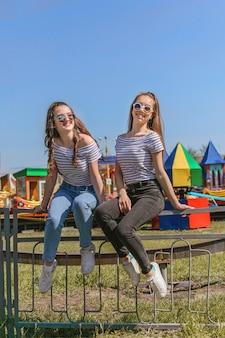 야외에서 즐기는 z세대 소녀들