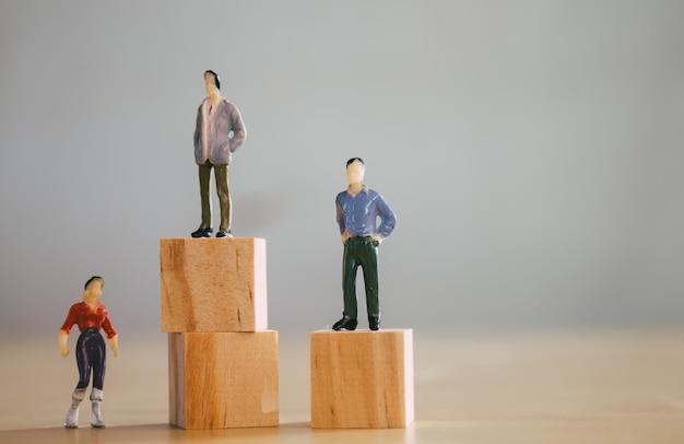 男女共同参画のコンセプト、ミニチュア女性置物が男性置物よりも低い