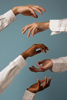 Composizione delle mani delle persone fluide di genere