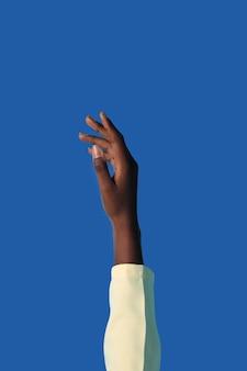 Mano di persona fluida di genere isolata su blue
