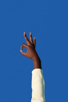 青で隔離の性別流動的な人の手