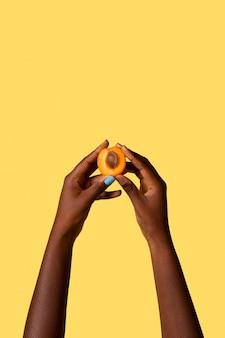 노란색에 고립 된 성별 유체 사람 손