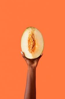 Mano di persona fluida di genere isolata su orange