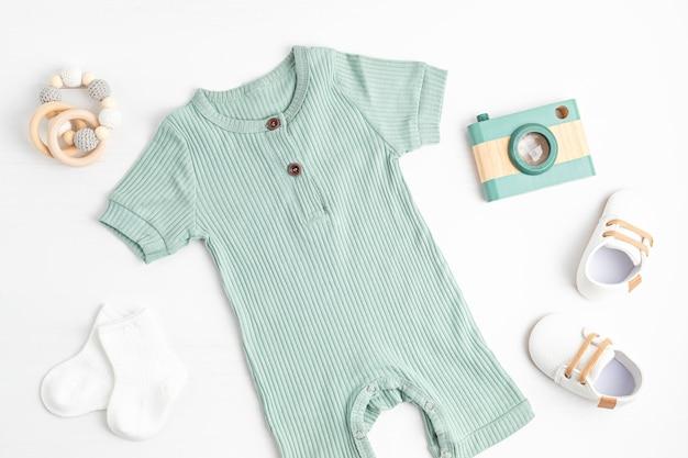 Детская одежда и аксессуары для новорожденных. одежда из органического хлопка, мода для новорожденных, брендинг, идея для малого бизнеса. плоская планировка, вид сверху Premium Фотографии