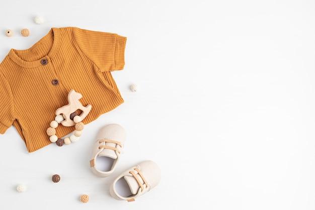 ジェンダーニュートラルなベビー服とアクセサリー。オーガニックコットンの服、新生児のファッション、ブランディング、中小企業のアイデア。フラットレイ、上面図