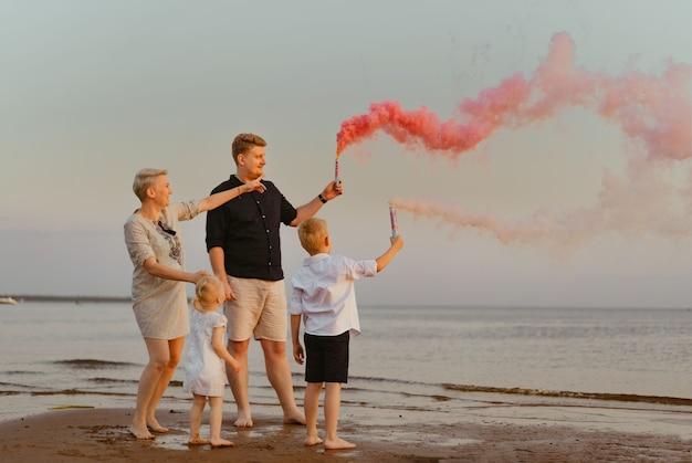 해변에서 성별 공개 발표 아기를 기다리는 사랑하는 가족 행복한 순간 고품질