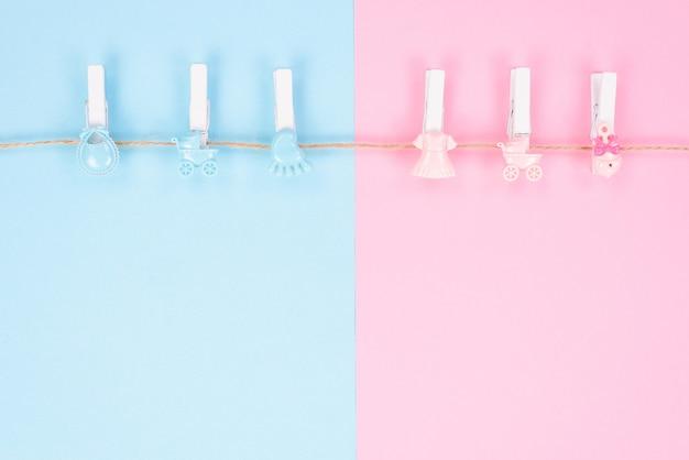 Пол раскрыть концепцию приглашения партии. фоновая фотография маленьких колышков с игрушечными колясками, изолированных на разделенном на две части фоне с пустым пространством для копирования