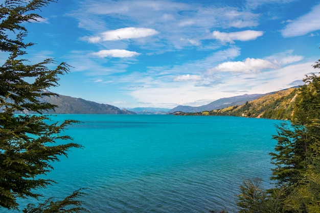 Генерал каррера озеро и горы красивый пейзаж, чили, патагония, южная америка