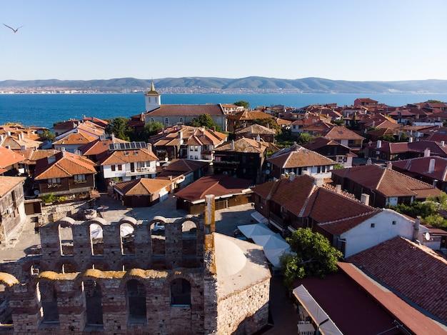 ブルガリアの黒海沿岸の古代都市、ネセバルの一般的なドローンビュー