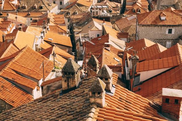 초라한 굴뚝과 안테나가 있는 오래된 주황색 지붕의 일반 계획