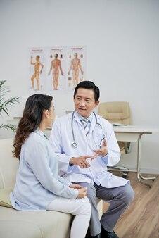 高齢患者と話すときの新しい治療法の利点を列挙する一般開業医