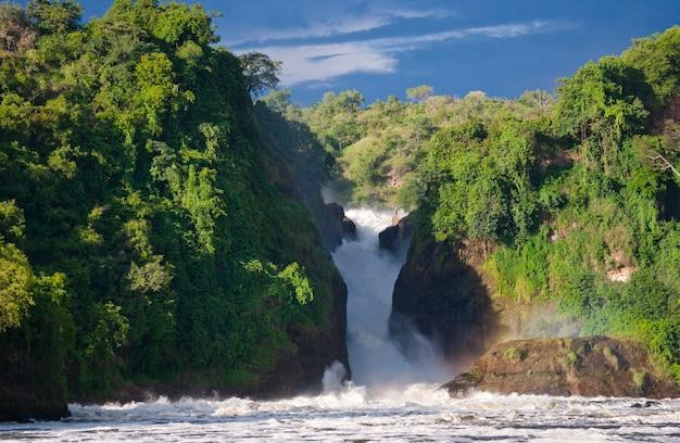 Общий вид на живописный водопад мерчисон