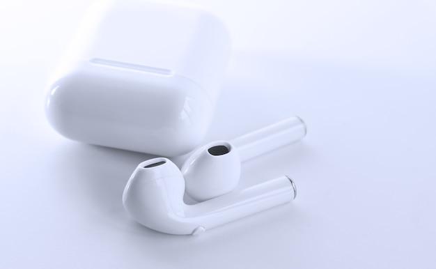 Универсальный беспроводной наушник - белый цвет