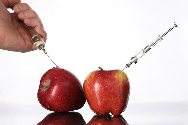 유전자 변형 식품, 주사기에서 화학 물질을 주입한 사과