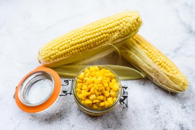 Генетически модифицированная сладкая кукуруза для пищевых продуктов, изолированная на простом фоне