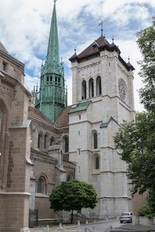 ジュネーブ、スイス-2017年7月1日:聖のファサードのクローズアップ。ピエール大聖堂大聖堂、それはジュネーブ教会の改革派プロテスタント教会です