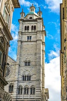 イタリアのジェノヴァ大聖堂。ジェノヴァ大聖堂は、聖ローレンスに捧げられたローマカトリック大聖堂であり、ジェノヴァ大司教の本拠地です。